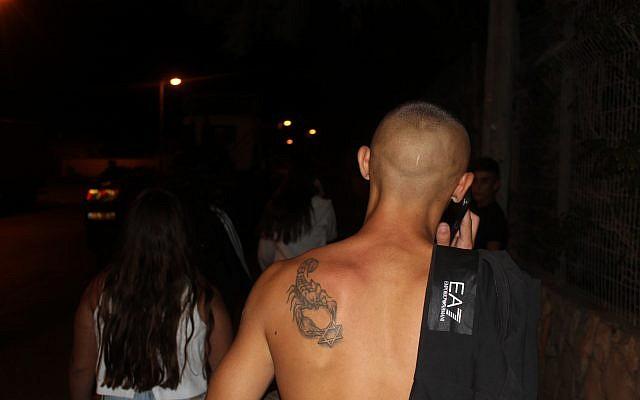 فتى من 'مطاردي المهرجين' يتجول بلا قميص في شوارع الخضيرة، 4 أكتوبر، 2017. (Ben Hartman)