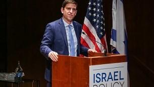 يتحدث المدير التنفيذي لمنتدى السياسات الإسرائيلية ديفيد هالبرين في الحدث السنوي للمنتدى في ديسمبر/كانون الأول 2016 لتكريم بيتر جوزيف في مكتبة مورغان في مدينة نيويورك. (Courtesy)