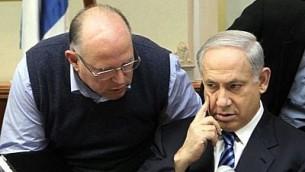 وعزي عراد (يسار) يتحدث إلى رئيس الوزراء بنيامين نتنياهو في اجتماع لمجلس الوزراء عام 2009. (Kobi Gideon / FLASH90)