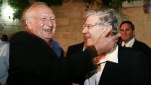 ميشيل تشيشين، إلى اليسار، وأهارون باراك في حفل أقيم في القدس في 18 أكتوبر / تشرين الأول 2006. (FLASH90)