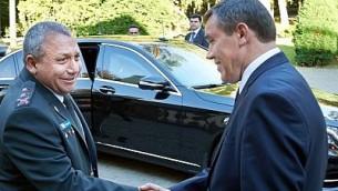 رئيس هيئة الأركان الإسرائيلي غادي آيزنكوت (من اليسار) يلتقي بنظيره الروسي فاليري غراسيموف في موسكو، روسيا، في 21 سبتبمر، 2015. (Israel Defense Forces)