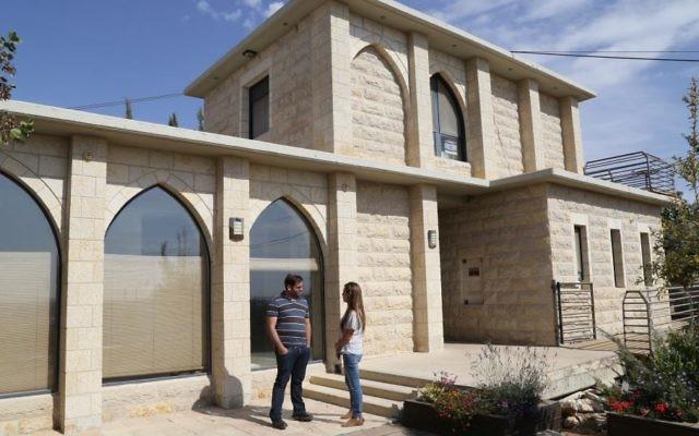 أحد المنازل المعدة للهدم في بؤرة نتيف هآفوت الاستيطانية في غوش عتصيون، 2 سبتمبر، 2016. (Gerhson Elinson/Flash90)