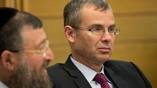وزير السياحة الإسرائيلي ياريف ليفين (من اليمين) يشارك في جلسة للجنة الكنيست في البرلمان الإسرائيلي في القدس، 6 يونيو، 2017. (Yonatan Sindel/Flash90)