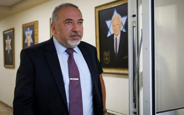 وزير الدفاع أفيغدور ليبرمان يصل لحضور الجلسة الأسبوعية للحكومة في مكتب رئيس الوزراء في القدس، 25 يونيو، 2017. (Marc Israel Sellem/Pool/Flash90)