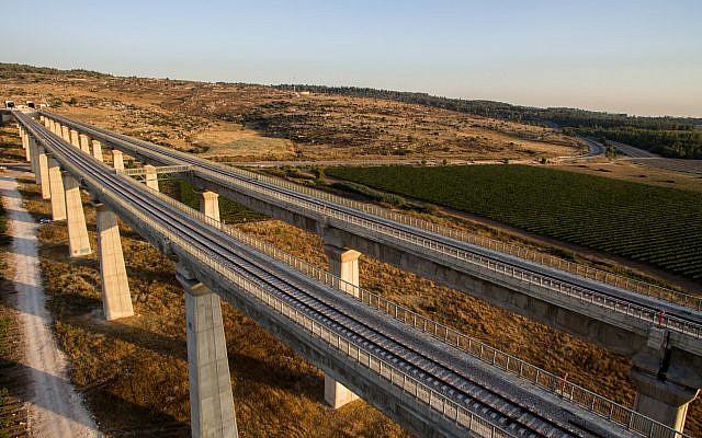 منظر جوي لجسر القطار السريع بين القدس وتل أبيب، 3 يوليو 2017. (Gidi Avinary/Flash90)