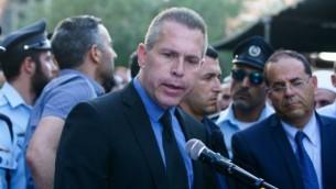وزير الأمن العام غلعاد إردان يلقي كلمة خلال جنازة الشرطة الدرزي كمال شنان، في قرية حرفيش شمال إسرائيل، 14 يوليو، 2017. (Basel Awidat/Flash90)
