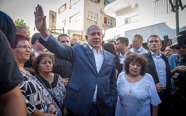 رئيس الوزراء بينيامين نتنياهو يلتقي مع سكان جنوب تل أبيب، خلال جولة في الحي، 31 أغسطس، 2017. (Miriam Alster/Flash90)