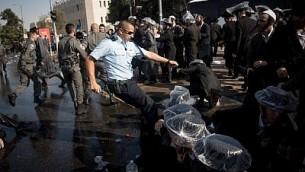 متظاهرون حريديم في اشتباكات مع الشرطة الإسرائيلية بالقرب من مكاتب تجنيد تابعة للجيش الإسرائيلي في القدس، 17 سبتمبر، 2017. (Yonatan Sindel/Flash90)