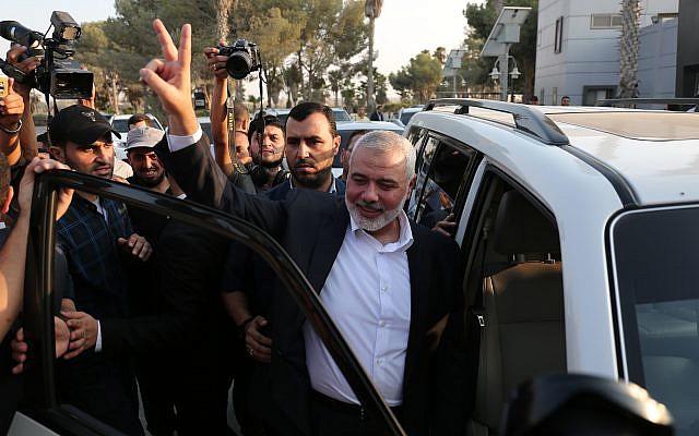 رئيس المكتب السياسي لحركة 'حماس' اسماعيل هنية يرفع علامة النصر خلال وصوله إلى معبر رفح الحدودي، من مصر بعد إجراء محادثات مصالحة مع حركة 'فتح' بوساطة المخابرات المصرية، في جنوب قطاع غزة، 19 سبتمبر، 2017. (Abed Rahim Khatib/ Flash90)