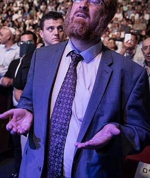 عضو الكنيست يهودا غليك يصلي خلال مناسبة لحزب الليكود قبيل يوم الغفران في القدس، في 25 سبتمبر 2017. (Hadas Parush/Flash90)