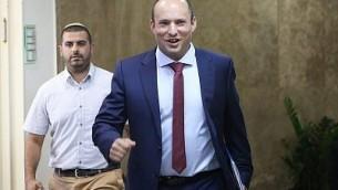 وزير التربية والتعليم نفتالي بينيت يصل إلى الجلسة الأسبوعية للحكومة في مكتب رئيس الوزراء في القدس، 15 أكتوبر، 2017. (Alex Kolomoisky/Pool)