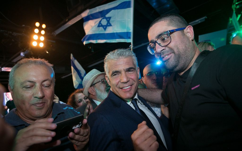 رئيس حزب 'يش عتيد' يشارك في مؤتمر لحزبه في تل أبيب، 16 أكتوبر، 2017. (Miriam Alster/Flash90)