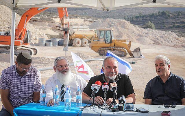 وزير الدفاع أفيغدور ليبرمان، في الوسط من اليمين، في زيارة لموقع بناء مستوطنة عميحاي الجديدة في الضفة الغربية، 18 أكتوبر، 2017. (Hadas Parush/Flash90)