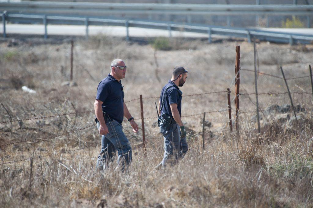 ضباط شرطة إسرائيليون يقومون بدورية بالقرب من الحدود مع سوريا في مرتفعات الجولان بعد سقوط أربعة قذائف على المنطقة في وقت مبكر من 21 أكتوبر 2017. (Basel Awidat/Flash90)