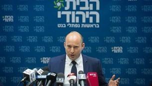 رئيس حزب البيت اليهودي ووزير التعليم نفتالي بينيت يقود اجتماع الحزب في الكنيست في 23 أكتوبر 2017. (Miriam Alster/Flash90)