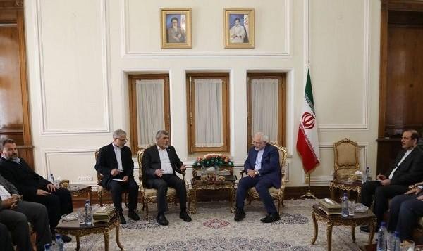وزير الخارجية الإيراني محمد جواد ظريف (وسط الصورة من اليمين) يلتقي بمسؤولين كبار من حركة 'حماس' في طهران، 7 أغسطس، 2017. (screen capture)