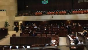 نواب في الكنيست يصوتون لحظر شركات الخيارات الثنائية، 23 أكتوبر، 2017. القانون مر بغالبية 53 مقابل 0. (Simona Weinglass/ Times of Israel)