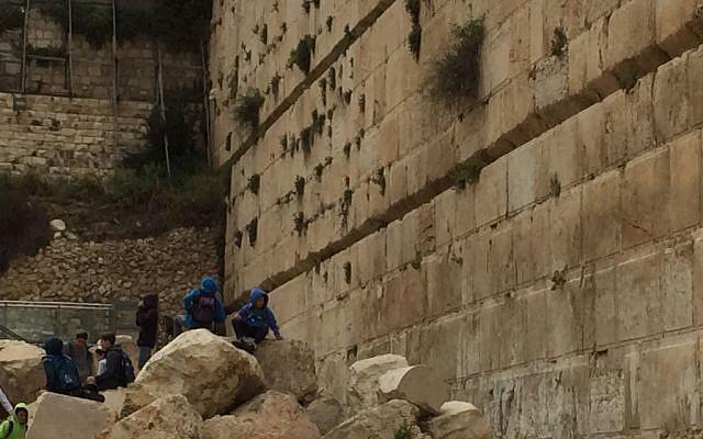 أطفال يلعبون عند مبان صخرية يعود تارخها إلى 2,000 عاما في حديقة 'دافيدسون' الأثرية في البلدة القديمة في مدينة القدس، 12 أبريل، 2016. (Amanda Borschel-Dan/The Times of Israel)