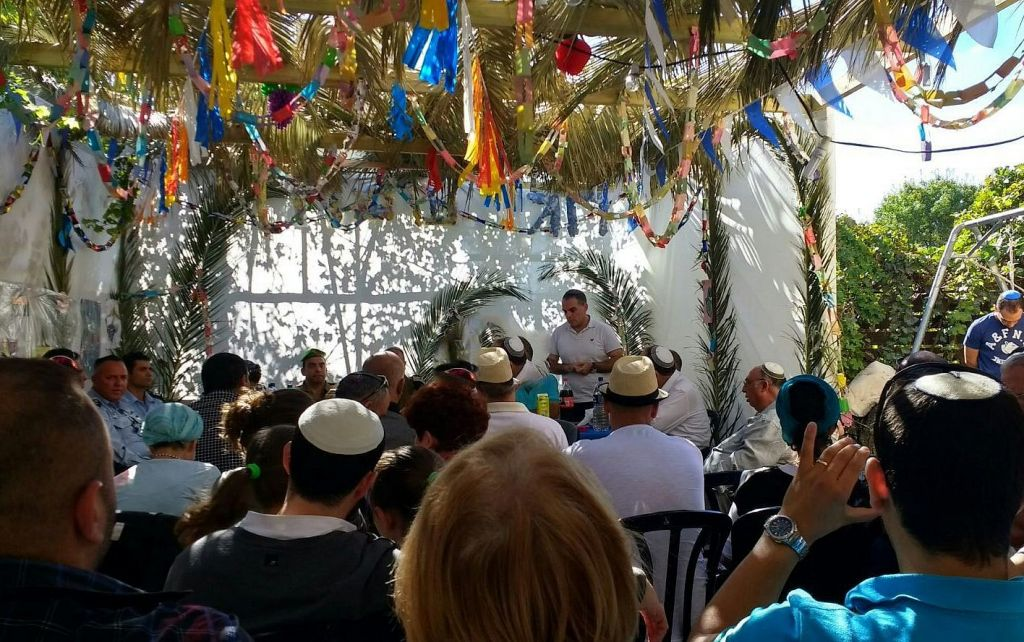 رئيس المجلس المحلي إفرات والقيادي الإستيطاني عوديد رفيفي يتحدث خلال تجمع لإسرائيليين وفلسطينيين في مظلة العيد الخاصة به في إفرات، 11 أكتوبر، 2017. (Courtesy Yesha Council)