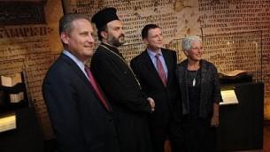 ستيف غرين (أقصى اليسار)، الأب غبريال نداف، عضو مجلس الشيوخ يوئيل إدلشتاين، متحدث الكنيست وأماندا فايس، المديرة التنفيذية لمتحف أراضي الكتاب المقدس، كانوا جميعا في حدث كشف كتاب للصلاة في سبتمبر 2014. (Courtesy Bible Lands Museum)