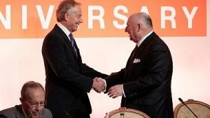 رئيس الوزراء البريطاني السابق توني بلير يصافح فياتشيسلاف موشيه كانتور، رئيس منتدى لوكسمبورغ لمنع الكوارث النووية، في المؤتمر السنوي العاشر في باريس في 9 أكتوبر 2017. (courtesy)