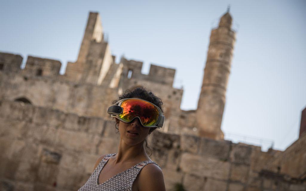 امرأة تستخدم نظارات الواقع المعزز حين بدء عرض الشركات الناشئة منتجاتها في حدث مختبر الابتكار في متحف برج القدس في المدينة القديمة في القدس، في 17 أكتوبر 2017. (Hadas Parush/Flash90)