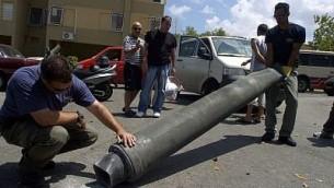 خبراء متفجرات إسرائيليون يعاينون صاروخا ل'حزب الله' بعد أن سقط في مدينة حيفا شمال إسرائيل، 9 أغسطس، 2006. (Max Yelinson /Flash90)