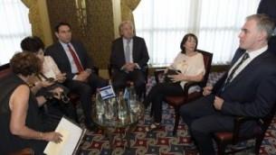 يجتمع الامين العام للامم المتحدة انطونيو غوتيريس وسفير اسرائيل لدى الامم المتحدة داني دانون مع اسر اورون شاؤول وابراهام ابيرا منغيستو وهشام السيد الذي تحتجزهم حماس في قطاع غزة في 28 اب / اغسطس، 2017. (Shlomi Amsalem)