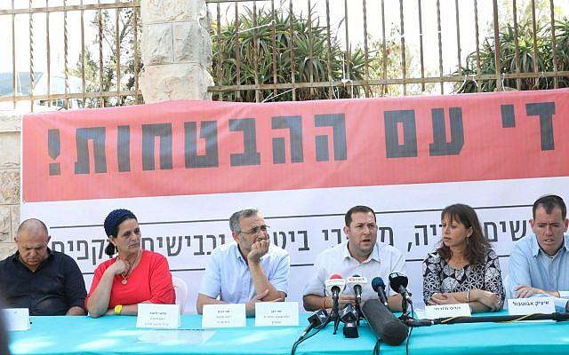 قادة المستوطنين وأفراد عائلات ثكلى يعقدون مؤتمرا صحفيا خارج منزل رئيس الوزراء في القدس، 18 أكتوبر، 2017. (Credit: Miri Tzachi)