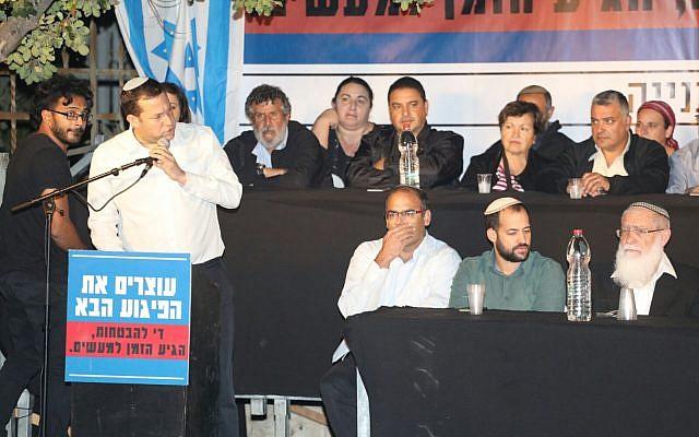 يوسي دغانن يخاطب المشاركين في مظاهرة أمام منزل رئيس الوزراء مطالبين بتحويل أموال لتعبيد شوارع إلتفافية في الضفة الغربية، 29 أكتوبر، 2017. (Courtesy: Samaria Regional Council)