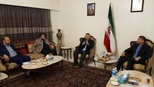القيادي في 'حماس' صالح العاروري (الثاني من اليمين) يلتقي بالمسؤول الإيراني حسين أمير عبد الحيان (من اليمين) ومسؤولين آخرين من 'حماس' في لبنان، 1 أغسطس، 2017. (Courtesy)