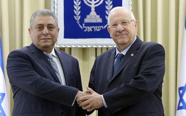سفير مصر الجديد لدى إسرائيل، حازم خيرت، مع الرئيس رؤوفين ريفلين في القدس، 25 فبراير 2016. (Mark Neiman/GPO)