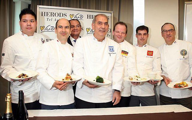 الشيف شالوم كادوش (وسط) في صورة مع طهاة قادة العالم في تل أبيب، فبراير 2012. (Gideon Markowicz/Flash90)