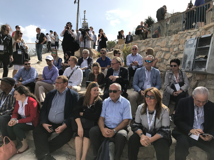 وفد من مؤسسة حلفاء إسرائيل يضم 26 برلمانيا من 14 بلدا يقوم بجولة في الضفة الغربية، 8 أكتوبر، 2017. (Jacob Magid/Times of Israel)