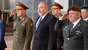من اليسار: ووزير الدفاع الروسي سيرغي شويغو، وزير الدفاع أفيغدور ليبرمان، ورئيس هيئة اركان الجيش غادي ايزنكوت في مقر الجيش الإسرائيلي (كيريا) في تل أبيب، 16 أكتوبر، 2017. (Ariel Hermoni/Defense Ministry)