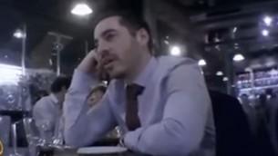 الوظف في السفارة الإسرائيلية في بريطانيا شاي ماسوت يتم تصويره بشكل سري، يناير 2017 (Screen capture: YouTube)