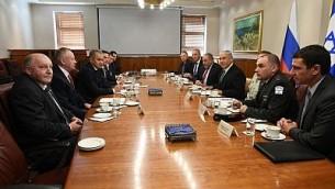 رئيس الوزراء بينيامين نتنياهو ووزير الدفاع الروسي سيرغي شويغو وطاقميهما يلتقيان في مكتب رئيس الوزراء في القدس، 17 أكتوبر، 2017. (Prime Minister's Office)