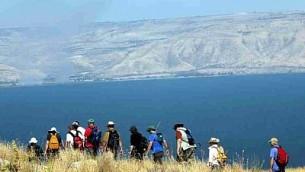 متنزهون بالقرب من بحيرة طبريا، أكبر بحيرة للمياه العذبة في إسرائيل. (Yossi Zamir/Flash90)