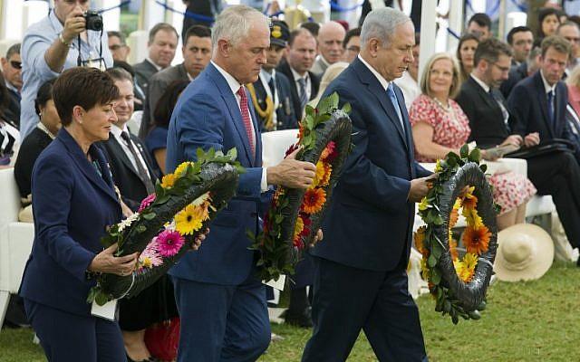 يضع رئيس الوزراء الاسترالي مالكولم تورنبول ورئيس الوزراء بنيامين نتانياهو والحاكم النيوزيلندي الجنرال باتسي ريدي اكاليل الزهور على قبور من سقطوا في معركة بئر السبع خلال احتفال أقيم في المقبرة البريطانية في بئر السبع 31 أكتوبر 2017، بمناسبة الذكرى المائة للمعركة. (AFP PHOTO / POOL / JIM HOLLANDER)