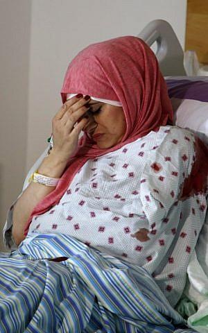 لطيفة موسى، التي تعرضت لإطلاق نار من قبل جنود إسرائيليين بالقرب من مستوطنة حلميش في الضفة الغربية بينما كانت تسافر في مركبة مع شقيقها، في مستشفى في مدينة رام الله في الضفة الغربية، 31 أكتوبر، 2017.(AFP Photo/Abbas Momani)