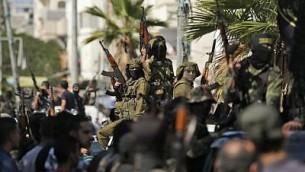 عناصر في حركة 'الجهاد الإسلامي' الفلسطينية يشاركون في جنازة رفاقهم الذين قُتلوا في عملية إسرائيلية لتفجير نفق امتد من قطاع غزة إلى داخل إسرائيل في مخيم البريج في وسط غزة، 31 أكتوبر، 2017 (AFP/Mahmud Hams)