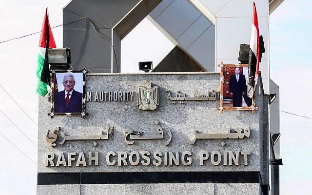 صور الرئيس المصري عبد الفتاح السيسي والزعيم الفلسطيني محمود عباس يعلقان على معبر رفح الحدودي مع مصر في 1 نوفمبر 2017. (SAID KHATIB / AFP)