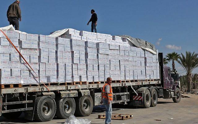 العمال الفلسطينيون يفتشون الشاحنات التي تحمل الإمدادات بعد وصولها إلى رفح عبر معبر كيرم شالوم بين إسرائيل وجنوب قطاع غزة في 1 نوفمبر 2017. سلمت حماس السيطرة على حدود قطاع غزة مع مصر وإسرائيل إلى السلطة الفلسطينية في أول اختبار لنجاح الاتفاقية بين حماس وفتح. (AFP PHOTO / SAID KHATIB)