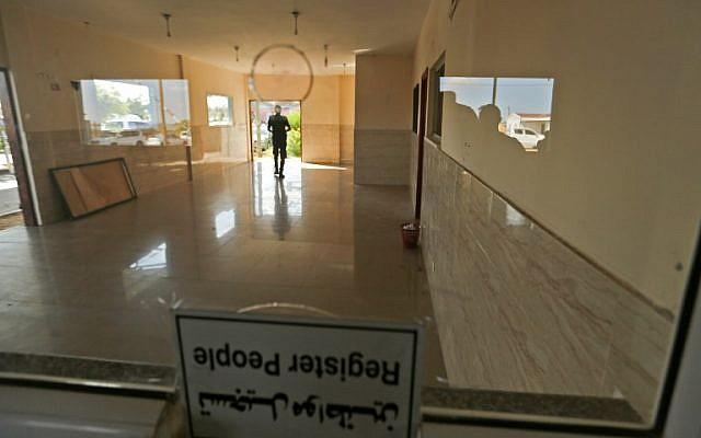 أحد رجال الأمن في حماس يسير داخل المبنى الذي احتلته حماس بعد أن تم إبطال مفعولها عند المدخل الشمالي لقطاع غزة بعد معبر إيريز الذي تسيطر عليه إسرائيل في 1 نوفمبر / تشرين الثاني 2017. (AFP PHOTO / MAHMUD HAMS)