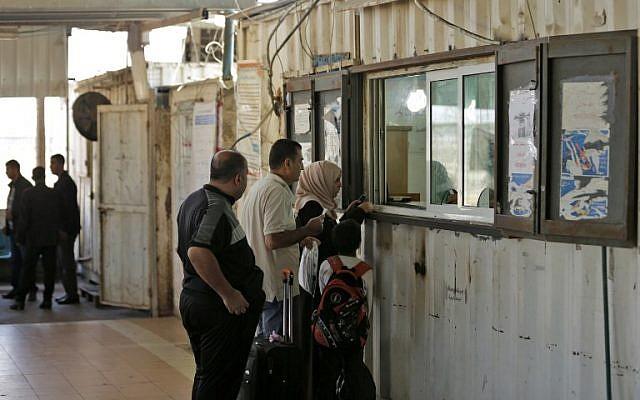 فحص هويات الفلسطينيون في محطة مراقبة الجوازات التي تحتجزها السلطة الفلسطينية عند المدخل الشمالي لقطاع غزة بعد معبر إيريز الذي تسيطر عليه إسرائيل في 1 نوفمبر / تشرين الثاني 2017. (/ AFP PHOTO / MAHMUD HAMS)