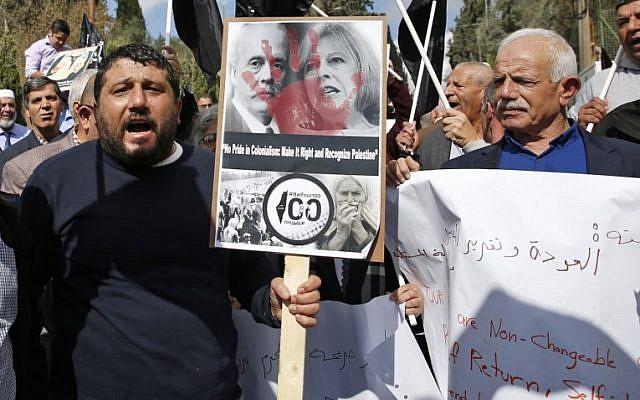 متظاهرون يرفعون لافتات خلال مظاهرة امام القنصلية البريطانية في القدس الشرقية ضد الذكرى المئوية لوعد بلفور، 2 نوفمبر 2017 (AHMAD GHARABLI / AFP)