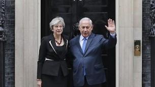 رئيس الوزراء بنيامين نتنياهو يلتقط صورة مع رئيسة الوزراء البريطانية تيريزا ماي امام مقر الحكومة البريطانية في لندن، 2 نوفمبر 2017 (AFP Photo/Daniel Leal-Olivas)