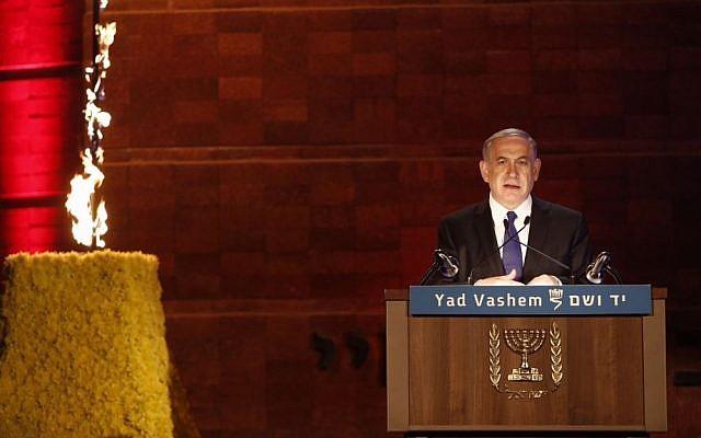 رئيس الوزراء بنيامين نتانياهو يتحدث في متحف ياد فاشيم التذكاري في حفل لذكرى المحرقة في القدس في 15 أبريل 2015. (Yonatan Sindel/Flash90)