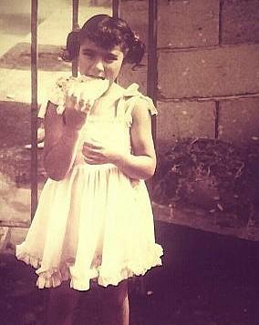 في عطلة عيد الأضحى المبارك، أصفهان بهلول البالغة من العمر سبع سنوات تأكل الخبز في مدينة عكا، حيث نشأت. (Courtesy)