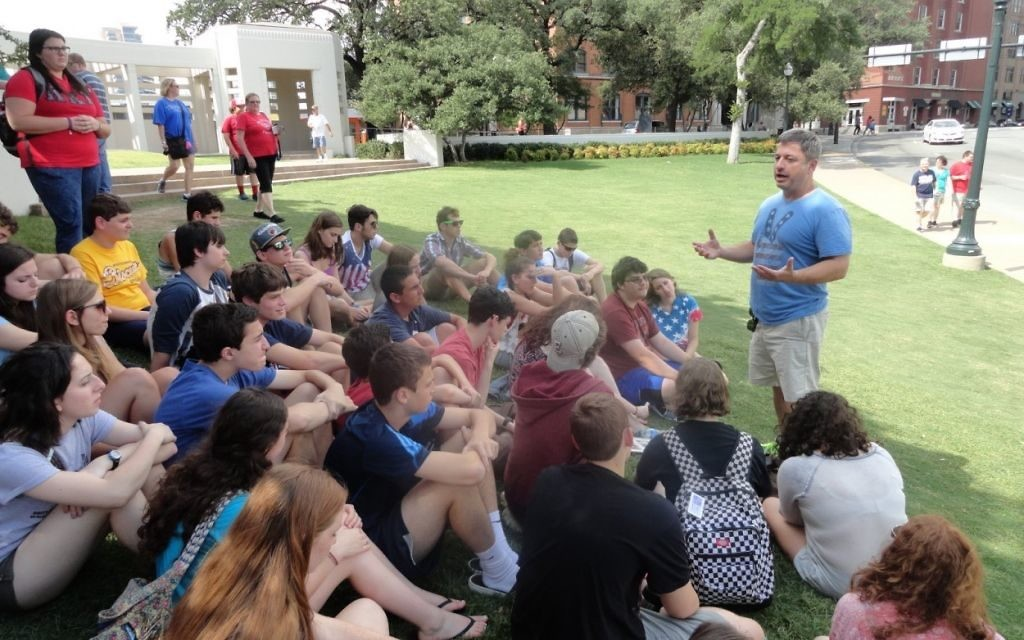 Etgar 36 founder Billy Planer speaks to a group of teens visiting the King Historic District in downtown Atlanta.